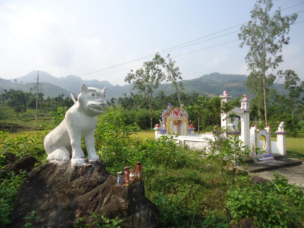 Tượng và miếu thờ Bạch Hổ nằm cạnh nhau. Ảnh: Tấn Thiên, tháng 4/2014.