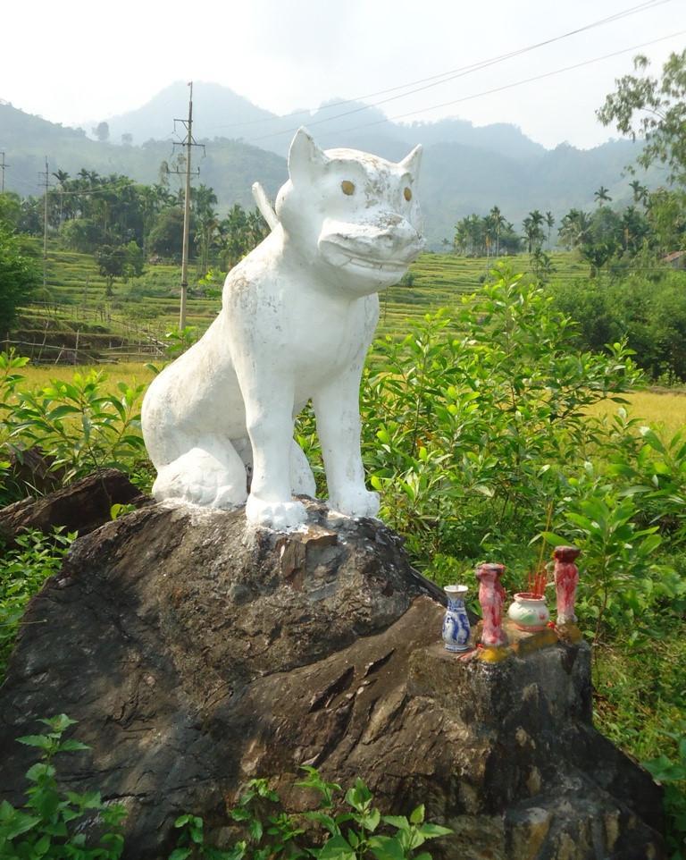 """Tượng """"Trùm cả Bạch Hổ"""" được đặt trên 1 tảng đá lớn. Ảnh: Tấn Thiên, tháng 4/2014."""