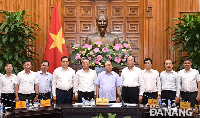 Thủ tướng Chính phủ Nguyễn Xuân Phúc và lãnh đạo thành phố Đà Nẵng tại buổi làm việc. Ảnh: VGP