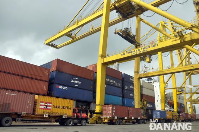 Sau năm 2020, cảng Tiên Sa sẽ không đáp ứng đủ năng lực bốc xếp hàng. TRONG ẢNH: Bốc xếp hàng ở cảng Tiên Sa. Ảnh: THÀNH LÂN