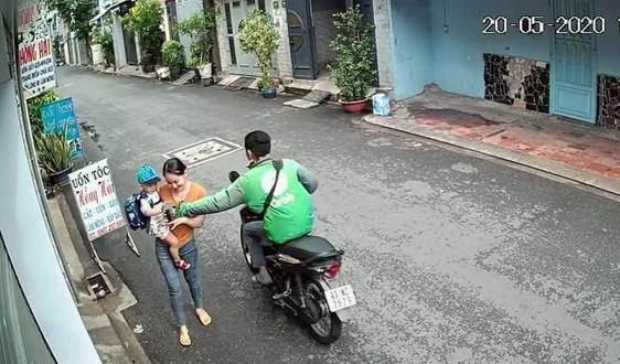 Tài xế Grabbike cướp điện thoại của người phụ nữ đang bế con nhỏ - Ảnh cắt từ clip.