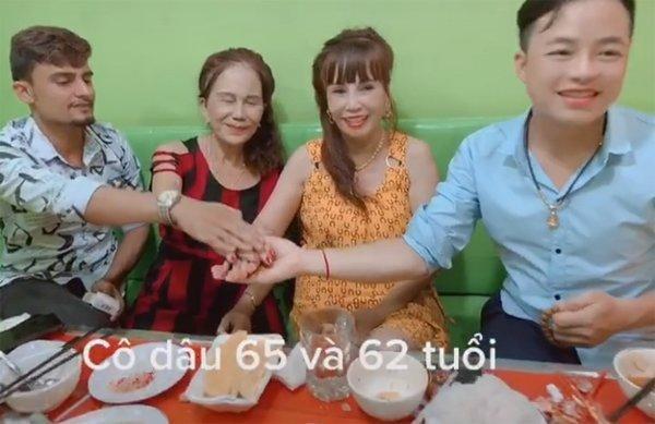 Cặp đôi cô dâu 62 tuổi cùng chồng vào thăm cặp đôi cô dâu 65 tuổi ở Đồng Nai. (Ảnh chụp màn hình)