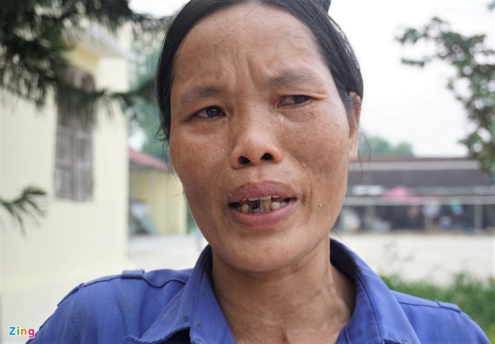 Chị Lan khóc khi cho rằng việc bình xét chính sách cho gia đình thiếu khách quan. Ảnh: H.L.