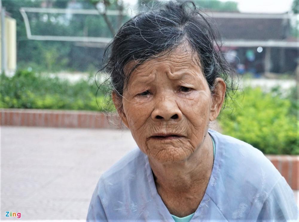 Bà Cúc nhờ người chở lên xã để xin bình bầu lại chính sách hộ nghèo cho gia đình. Ảnh: H.L