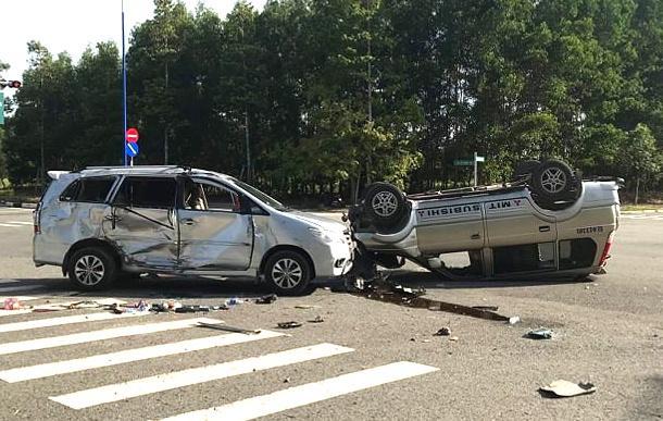 Hai chiếc xe bị lật sau tai nạn, một chiếc được người dân lật lại. Ảnh: Thanh Kiều.