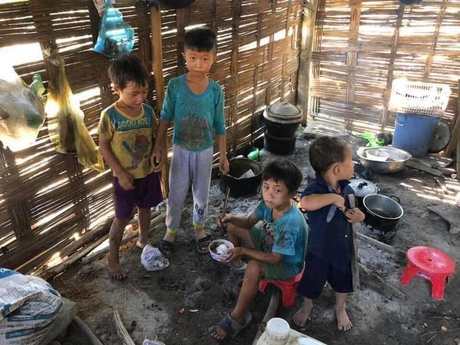 Căn bếp tồi tàn, nơi 4 anh em đang chia nhau bát cơm với ve sầu.