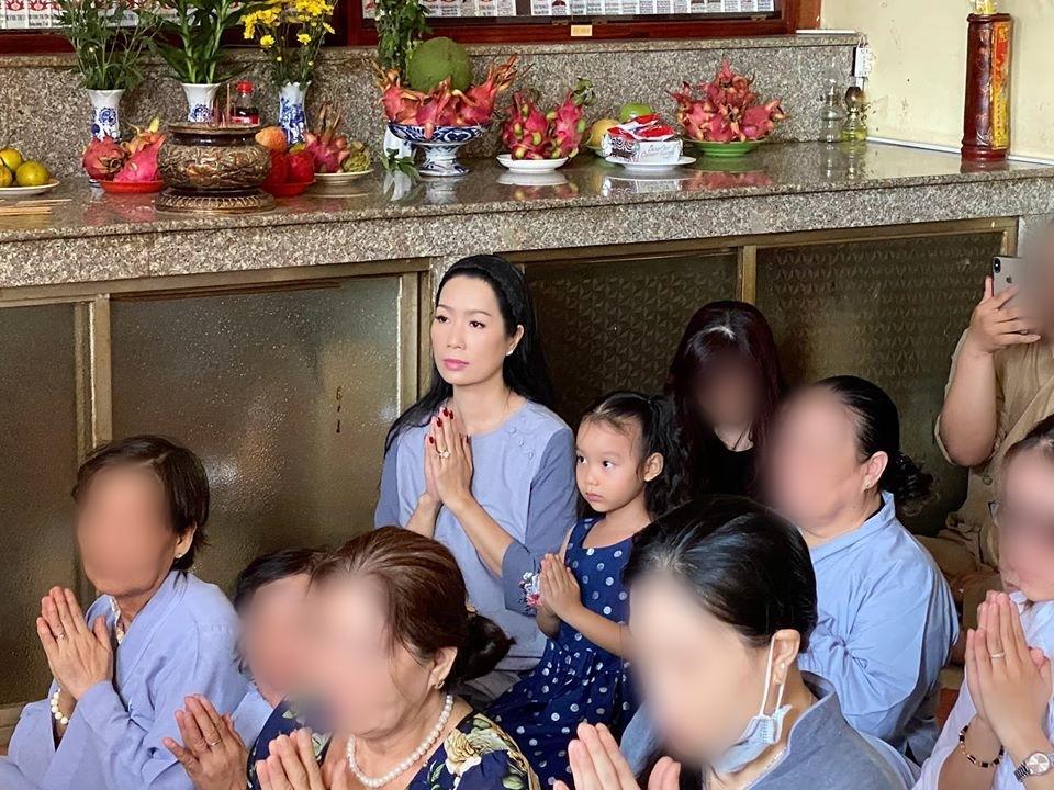 Trịnh Kim Chi đưa cả con gái cùng đi làm lễ. Cô bé còn nhỏ tuổi nhưng đã ngồi ngay ngắn và nghiêm túc cầu nguyện. (Ảnh: FBNV)