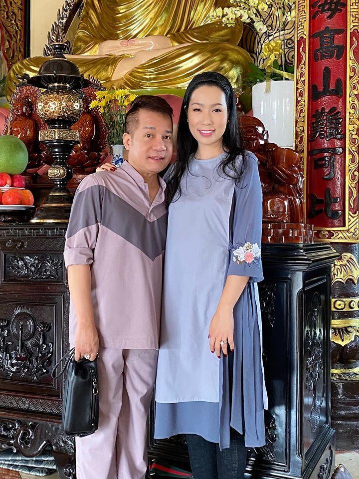 Minh Nhí và Trịnh Kim Chi cùng chọn pháp phục kín đáo, trang trọng phù hợp với địa điểm. (Ảnh: FBNV)