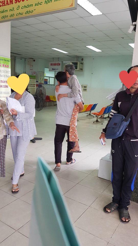 Người đàn ông bế mẹ trong bệnh viện.