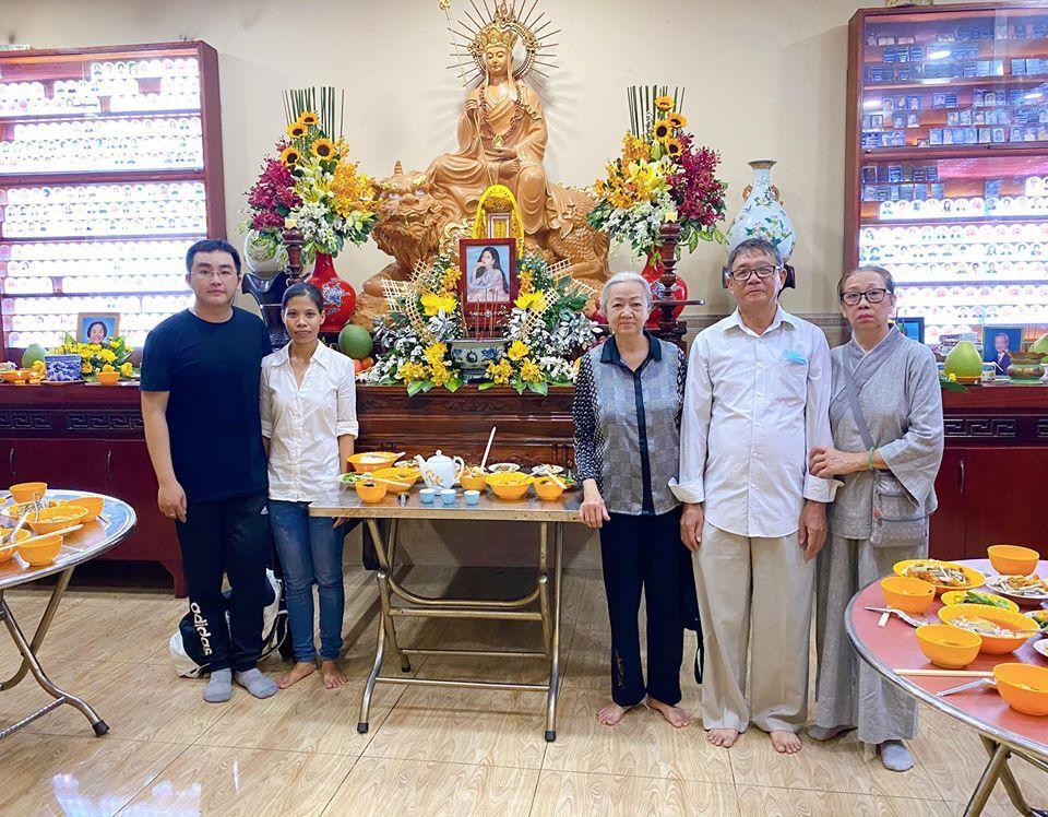 Cô bảo mẫu, quản lý và bố mẹ Phùng Ngọc Huy đã làm lễ cúng cho cô. (Ảnh: FBNV)