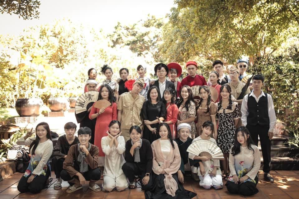 Bộ ảnh kỷ yếu của các bạn học sinh trường THPT Hoàng Việt đang nhận được nhiều sự chú ý. (Ảnh: Tuệ Nhi)
