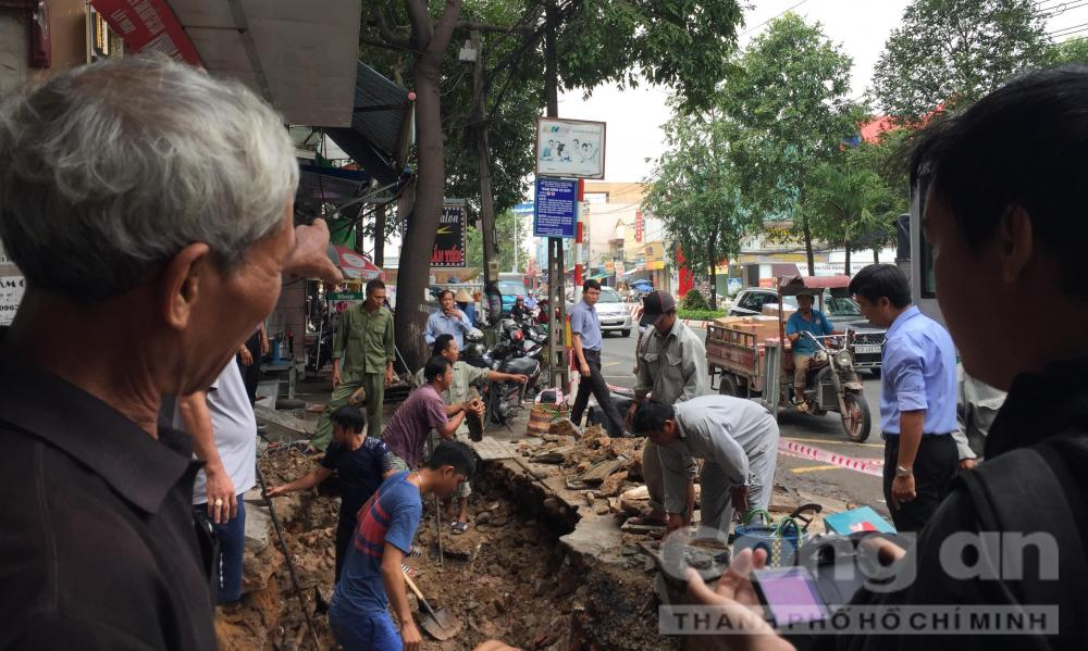 Người dân địa phương phản ánh tình trạng nguy hiểm do đường ngập vào mùa mưa
