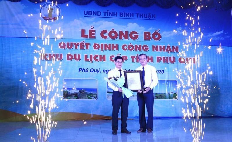 Ông Ngô Minh Chính trao quyết định công nhận Phú Quý là khu du lịch cấp tỉnh.