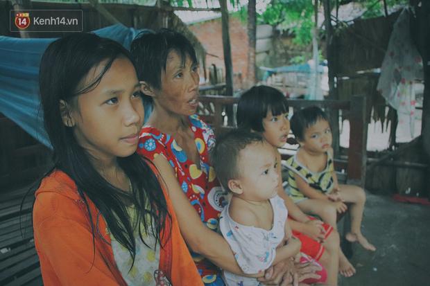 Căn nhà xập xệ, dột nát trong ấp Trà Cuôn là nơi sinh sống của cả gia đình chị Yểm.