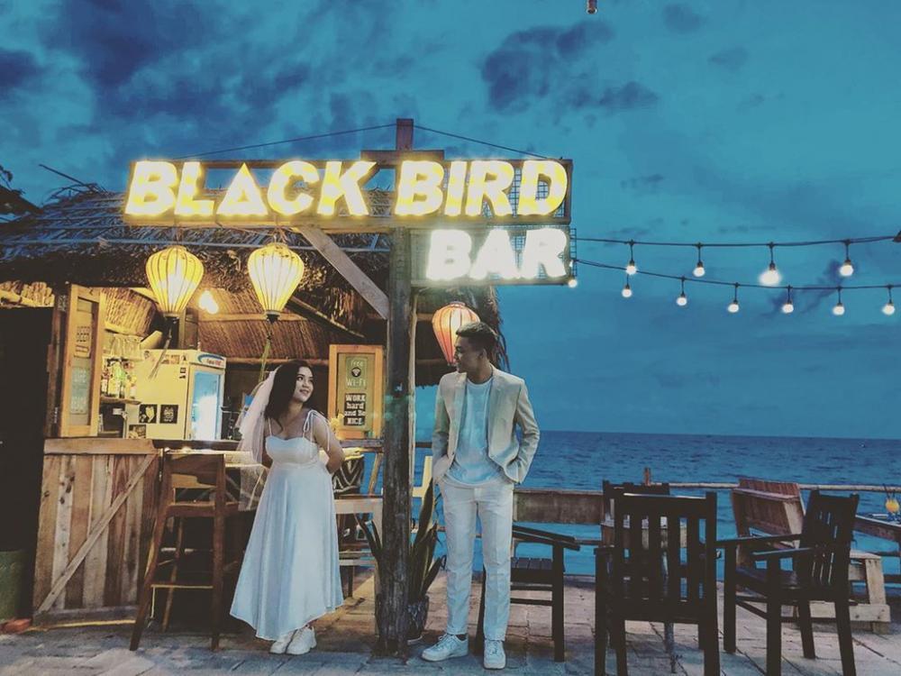 Quán bắt đầu mở từ lúc hoàng hôn chuẩn bị buông xuống đến tối muộn nên du khách có thể thoải mái chiêm ngưỡng khung cảnh thơ mộng ở đây. Ngoài ra, menu đồ uống của quán khá đa dạng và còn phục vụ cả những món ăn nhẹ. Ảnh: Blackbirdmuine.