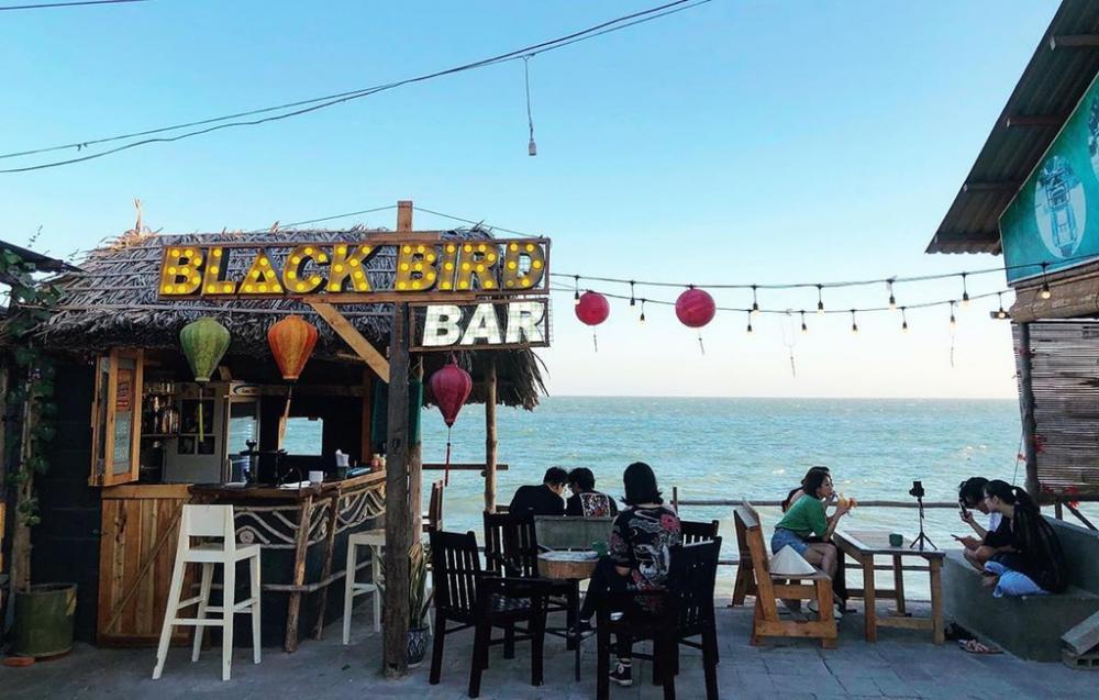 Black Bird Bar mới xuất hiện thời gian gần đây, là địa điểm lý tưởng để ngắm hoàng hôn trên biển ở Mũi Né. Với không gian thoáng đãng, còn gì tuyệt vời hơn khi vừa nhâm nhi ly cocktail, vừa ngắm biển chiều đẹp lãng mạn hay hòa mình vào âm nhạc sôi động chill cùng bạn bè. Ảnh: Blackbirdmuine.