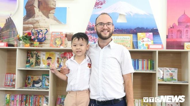 Bé Bảo Chung và thầy giáo dạy tiếng Anh riêng của mình. (Ảnh: VTC News)