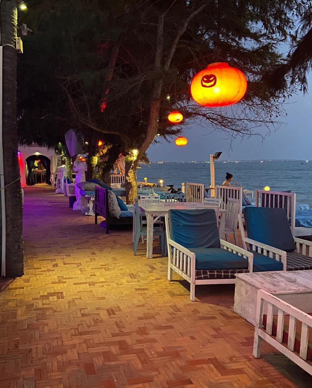 Dragon Beach Bar là một quán bar nổi tiếng ở Mũi Né. Quán được thiết kế hai không gian bên trong và bên ngoài. Bên trong thích hợp với các bạn thích không gian kín, có quầy DJ và có bàn đứng. Còn bên ngoài khá lý tưởng với những bạn vừa muốn nghe nhạc, vừa ngắm sóng biển với những bàn nhỏ được bố trí gần biển. Ảnh: Chinchinxin, Trangmilk99.