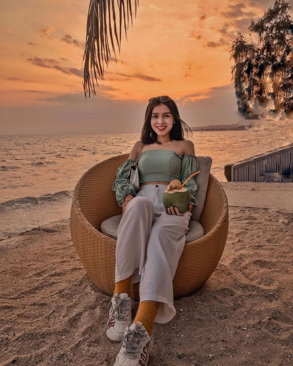 Nằm trên đường Nguyễn Đình Chiểu, Chameleon Beach Bar được bố trí uốn quanh bờ biển. Nơi đây có không gian mở đẹp theo phong cách Âu - Mỹ Latin, kết hợp hài hòa giữa cổ điển và hiện đại. Khuôn viên chính của Chameleon được trang trí với những bộ bàn ghế mây tròn lạ mắt. Những chiếc ghế nhỏ xinh được đặt dưới tán cây dừa xanh mát, tạo cảm giác thư thái cho du khách khi ngắm cảnh. Đồng thời, đây cũng là góc được giới trẻ chụp ảnh check-in. Ảnh: Cherynguyen.130, Chouchou.111.