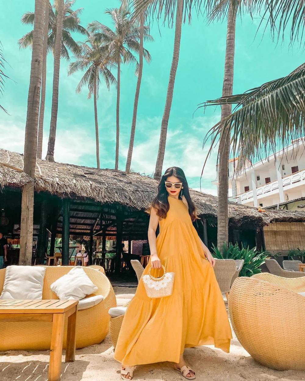 Đến đây, bạn có thể nhâm nhi một ly cocktail, nhún nhảy theo nhạc xập xình và ngắm hoàng hôn trên biển vô cùng lãng mạn. Ngoài ra, ở đây còn phục vụ các món ăn đặc trưng của Thái Lan như pad Thái, gỏi đu đủ... Giờ mở cửa từ 9h-1h sáng. Ảnh: Kieumira, Bongflicka.