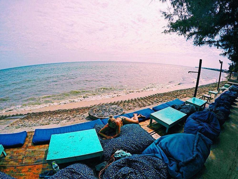 Dragon Beach có giường nằm và ghế sofa sát biển cho bạn thoải mái tận hưởng những cơn gió mát lạnh và ngắm cảnh biển về đêm đầy mờ ảo. Quán mở cửa từ 12h30-3h sáng. Ảnh: Victoriatickland.