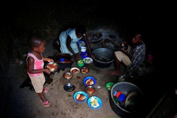 Những đứa trẻ phải sống trong điều kiện hết sức khó khăn.
