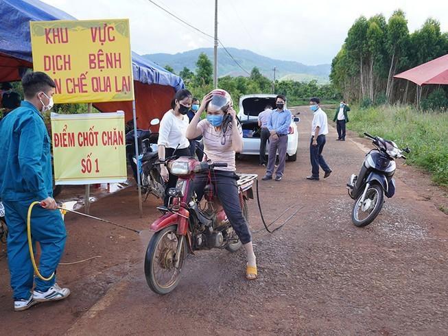 Người dân tại xã Hải Yang, huyện Đắk Đoa, Gia Lai được phun khử trùng tại chốt chặn (Ảnh: Pháp luật online)