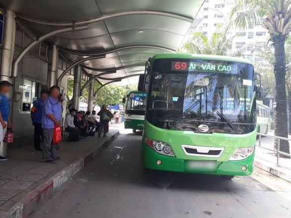 Hình ảnh tại một trạm xe buýt ở TPHCM. (Ảnh: Báo NLĐ)