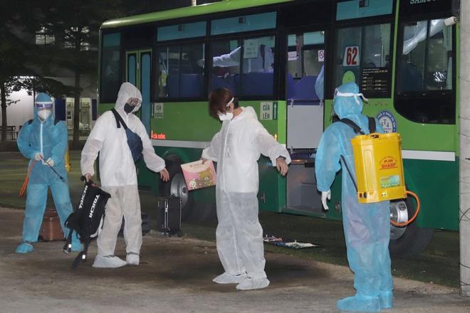 Nhân viên y tế phun thuốc diệt khuẩn hỗ trợ mọi người vào khu cách ly. Ảnh: Đồng Nai CDC.