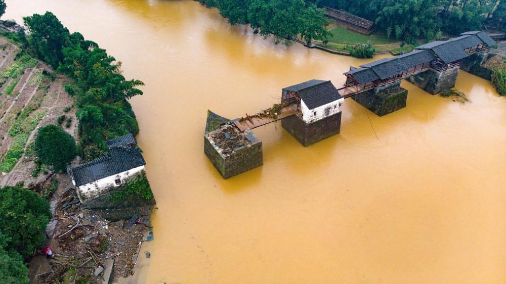 Một cây cầu cổ ở huyện Wuyuan, tỉnh Giang Tây, Trung Quốc, bị nước lũ hủy hoại, ngày 9/7/2020 (Ảnh: VCG)