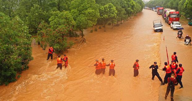 Các nhân viên cứu hộ giải cứu người dân bị mắc kẹt do lũ tấn công thành phố Cát An, tỉnh Giang Tây, Trung Quốc, ngày 10/7/2020 (Ảnh: VCG)