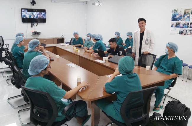 Bên ngoài, nhiều phóng viên theo dõi ca phẫu thuật qua màn hình.