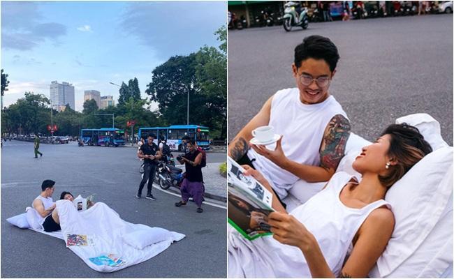 Hình ảnh cặp đôi nằm trên đường chụp ảnh gây nhiều chú ý.
