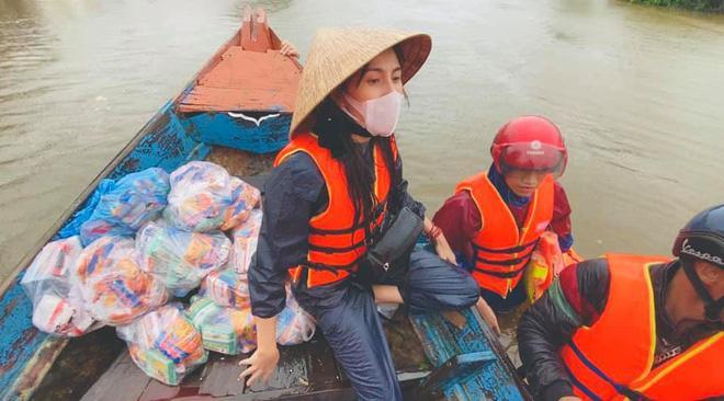 Hình ảnh ca sĩ Thủy Tiên vào tâm lũ miền Trung để hỗ trợ bà con khiến mọi người rất cảm động