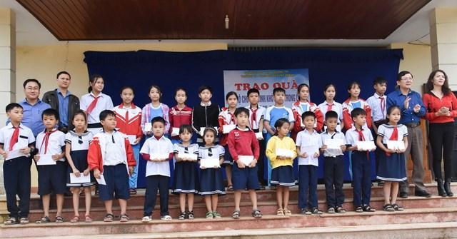Phó Chủ tịch Nguyễn Hữu Dũng cùng đại diện nhà hảo tâm trao quà cho các học sinh nghèo vượt khó.