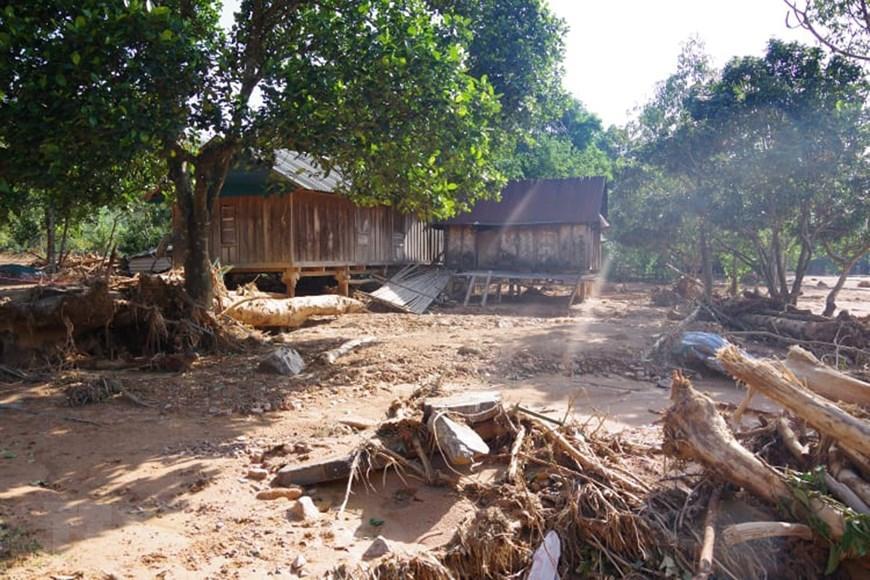 Cây cối nằm ngổn ngang sau trận lũ quét, cô lập hoàn toàn xã Hướng Việt. (Ảnh: TTXVN phát)
