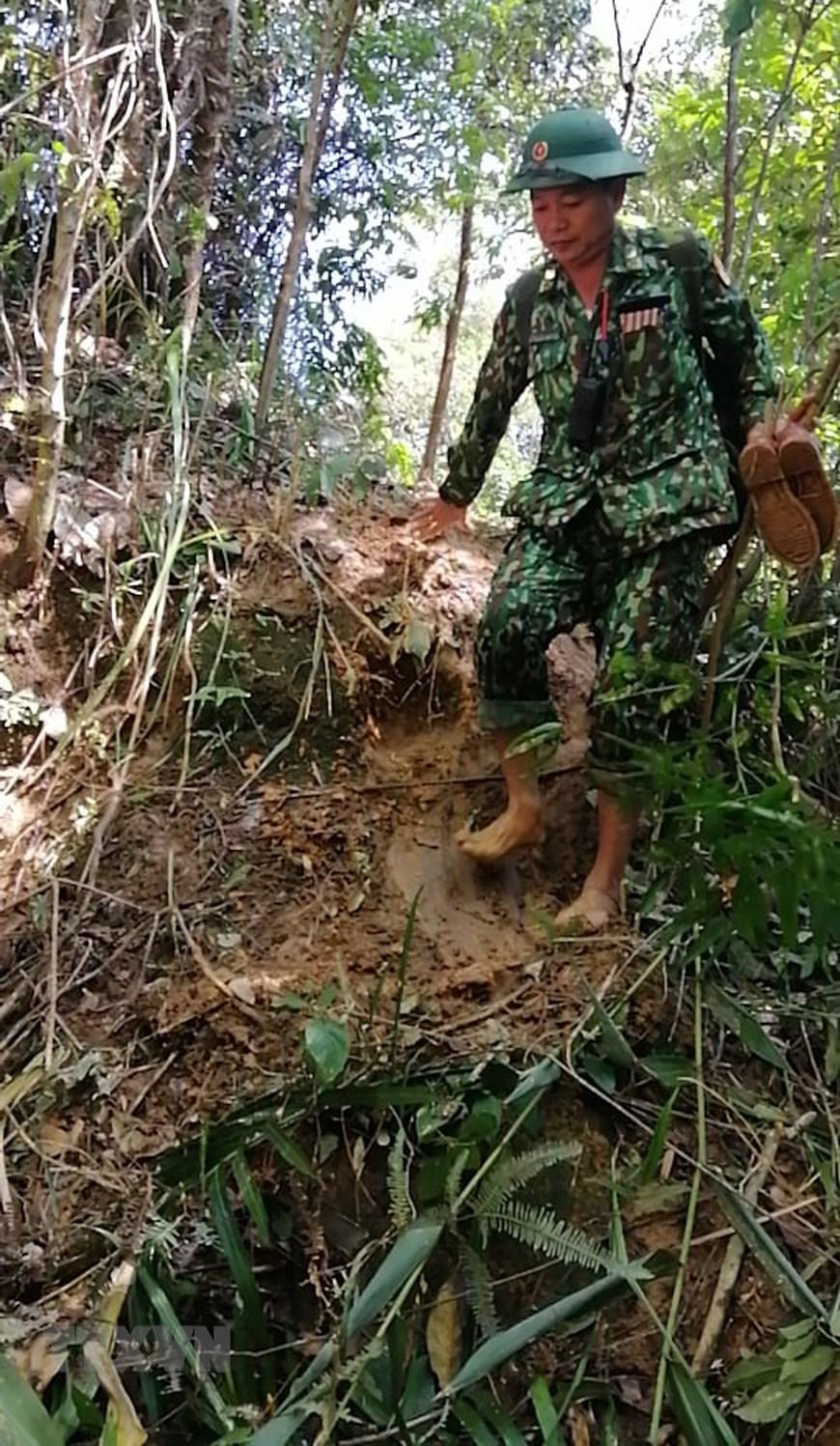 Bộ đội Biên phòng Quảng Trị đi bộ băng rừng 30km để vào xã Hướng Việt. (Ảnh: TTXVN phát)