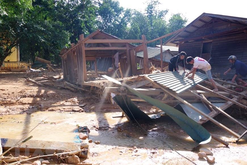 Nhà của người dân xã Hướng Việt bị đổ sập do lũ quét. (Ảnh: TTXVN phát)