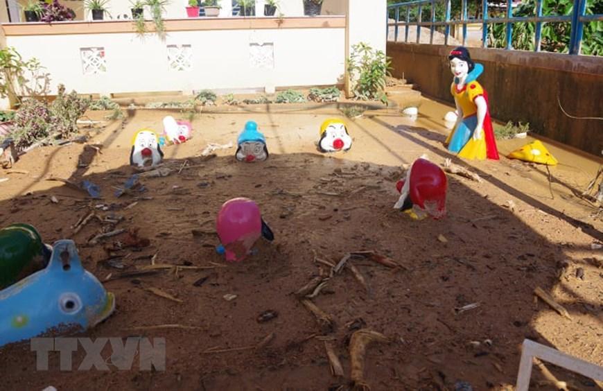 Sân chơi của trường Mầm non xã Hướng Việt bị vùi lấp trong đất đá. (Ảnh: TTXVN phát)