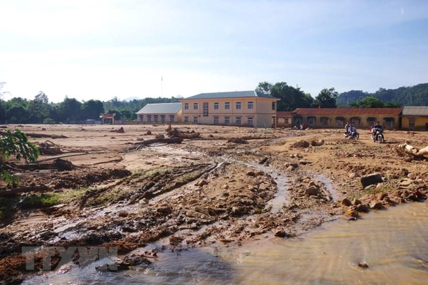 Lớp đất đá dày đặc còn lại sau trận lũ quét cô lập hoàn toàn xã Hướng Việt. (Ảnh: TTXVN phát)