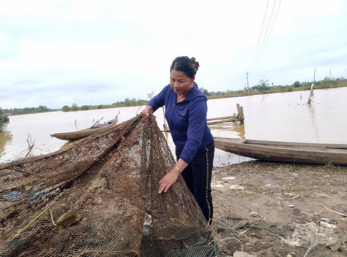 Hồ nuôi tôm của bà Nguyễn Thị Huê, xã Triệu Phước bị cuốn trôi chỉ còn mãnh lưới còn sót lại. Ảnh: Công Điền.