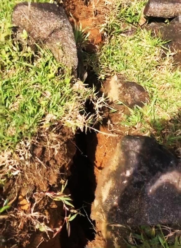 Núi Tà Bang ở thôn La Ri Lào, xã Hướng Sơn, huyện Hướng Hóa xuất hiện vết nứt sâu, rộng