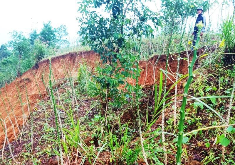 Một vết nứt núi dài và rộng vừa xuất hiện ở thôn Tà Rùng, xã Húc, huyện miền núi Hướng Hóa.