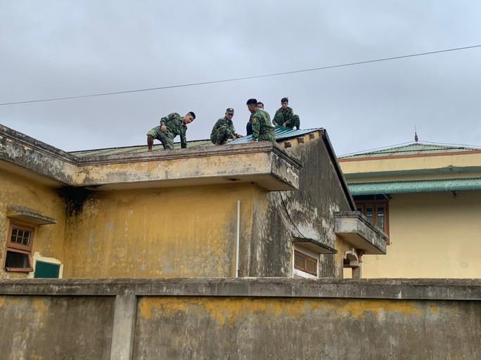 Biên phòng Quảng Trị giúp dân chằng chống nhà cửa trước bão số 13