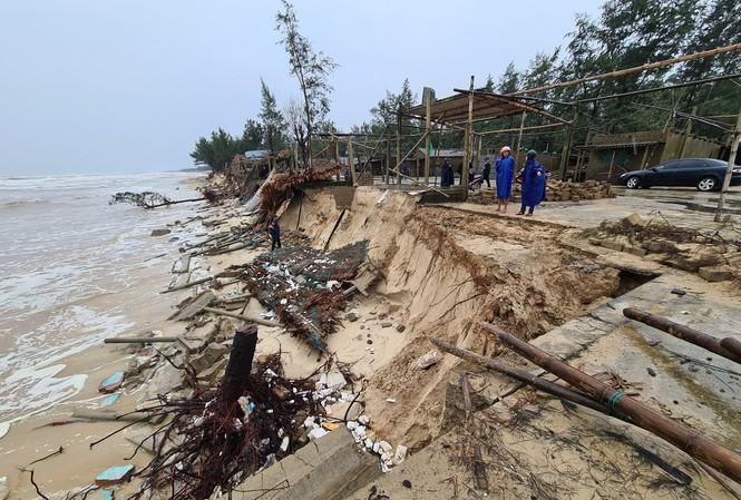 Bão số 13 làm bãi biển Gio Hải (huyện Gio Linh, Quảng Trị) tiếp tục ăn sâu vào đất liền 5-10 met