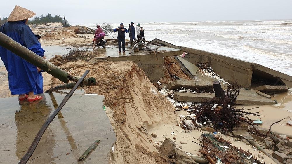 Hàng nghìn mét kè bờ biển Gio Hải bị sạt lở nặng.