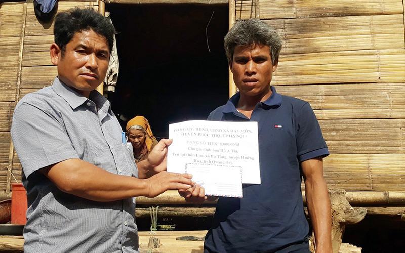 Lãnh đạo UBND xã Ba Tầng trao quà tặng anh Hồ A Tia.
