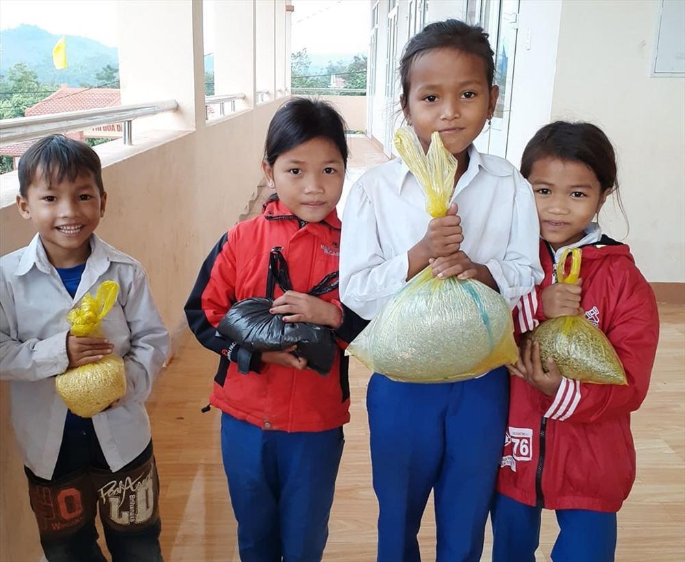 Mỗi em mang một bao gạo nếp của gia đình trồng được đến trường tặng giáo viên. Ảnh: GV.