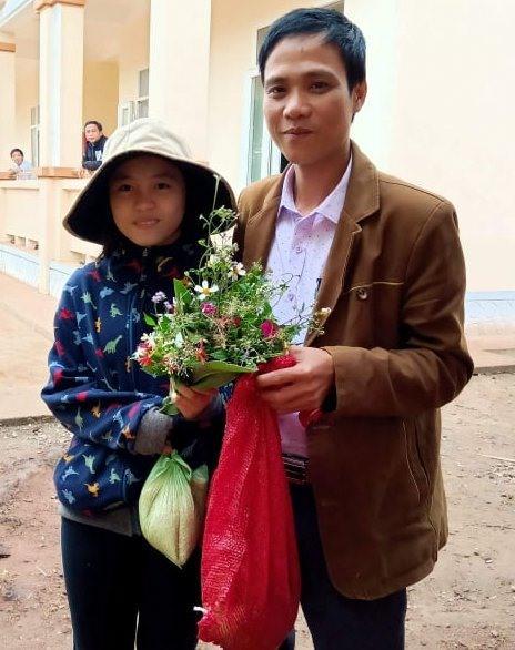 Thầy giáo Nguyễn Anh Tuân - giáo viên Trường Tiểu học và Trung học Cơ sở A Xing cũng nhận được quà là bó hoa dại và gạo nếp. Ảnh: GV.