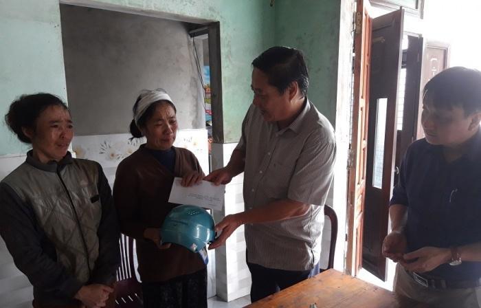 Ông Lê Thanh Hùng, Phó Giám đốc Sở GTVT tỉnh Quảng Trị thăm hỏi động viên, trao hỗ trợ MBH và 2 triệu đồng cho gia đình anh Nguyễn Văn Thọ